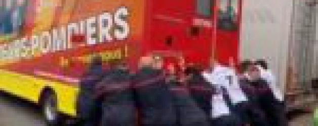 """Le """"Vaccibus"""" des pompiers se fait remarquer sur le Tour de France"""