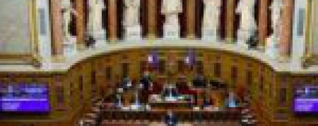 Pass sanitaire: le Parlement valide, la vaccination progresse
